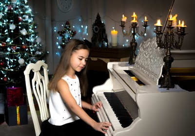10 Holiday Songs Anyone Can Play On the Piano